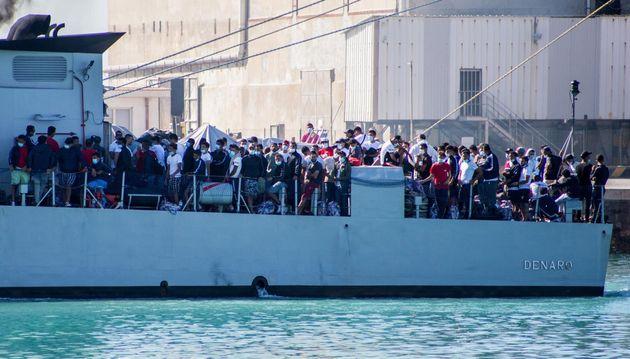 27/06/2020 Porto Empedocle, sono stati trasferiti nella notte 320 migranti giunti nei giorni scorsi a...