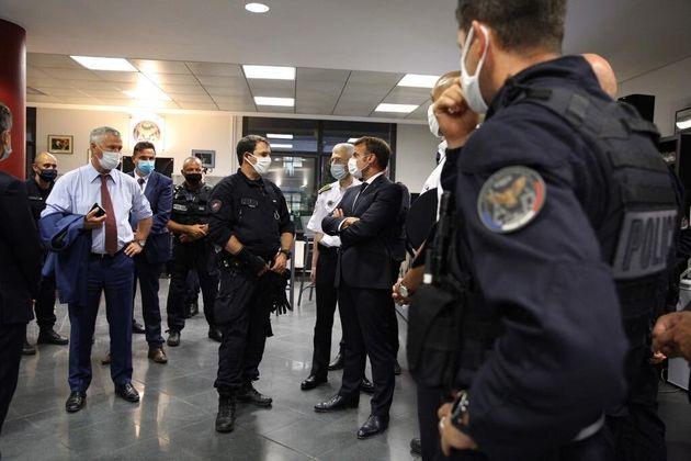 Lors d'une visite surprise dans un commissariat parisien, Emmanuel Macron a annoncé une indemnité spécifique...