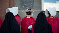 O que levou estas mulheres a se vestirem como 'aias' em protesto na