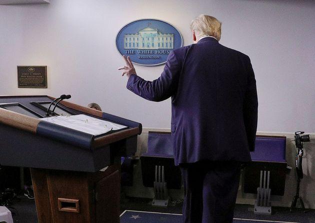 도널드 트럼프 대통령이 백악관 코로나19 브리핑을 마친 뒤 브리핑룸을 떠나고 있다. 2020년