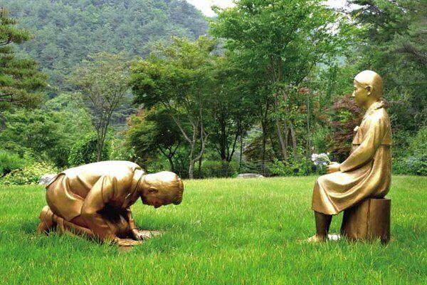 강원도 평창 한국자생식물원에 다음달 10일 설치될 '영원한 속죄' 조형물.소녀상 앞에 무릎 꿇은 남성이 아베 신조 일본 총리가 아니냐는 얘기가 나오면서 일본이 촉각을 곤두세우고
