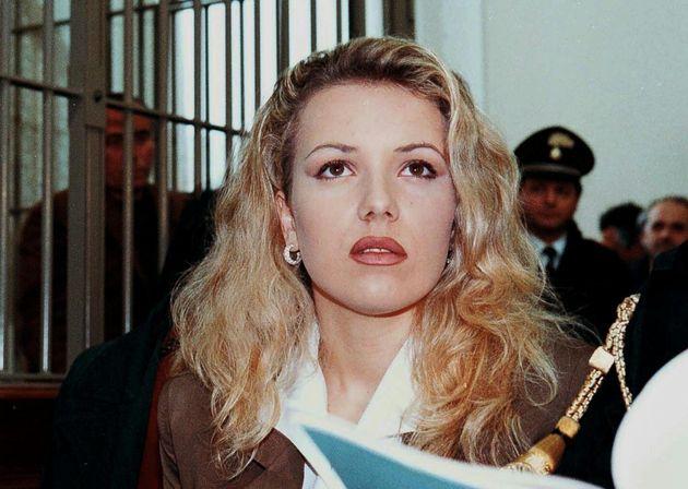 Eva Mikula in tribunale a Pesaro il 22 aprile 1997, alle sue spalle dentro la gabbia Roberto Savi della...