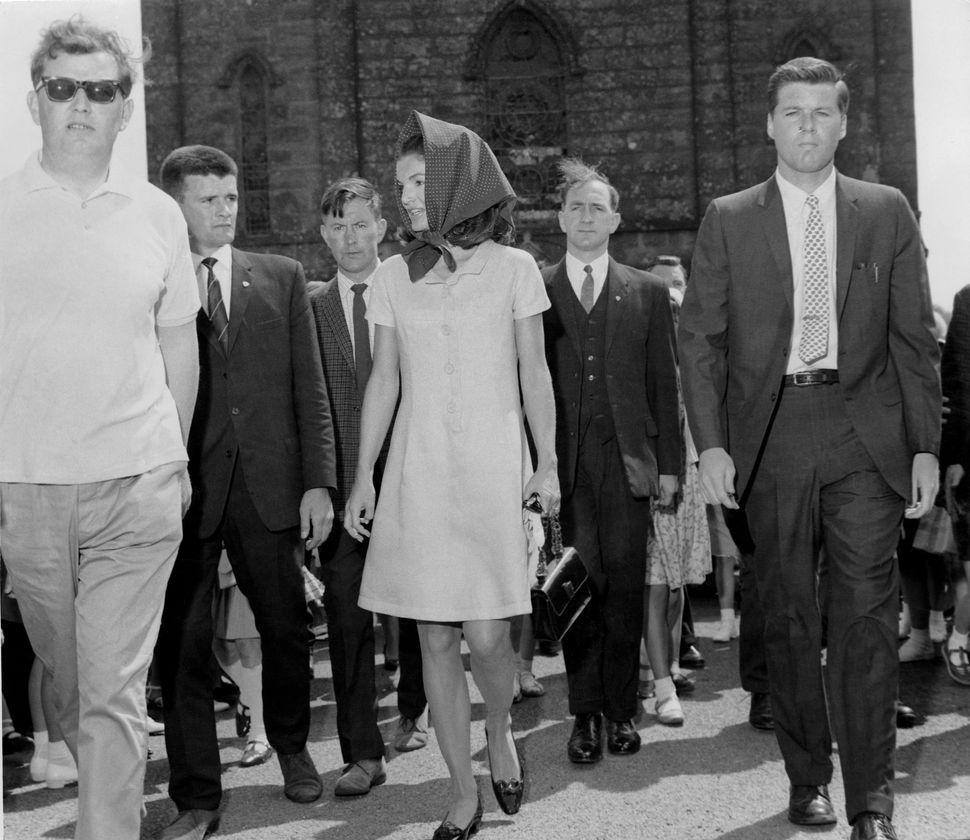 Ειδική ομάδα αστυνομικών της Ιρλανδίας συνοδεύουν την Τζάκι Κένεντι έξω από εκκλησία της Ιρλανδίας, στις 20 Ιουνίου 1967.