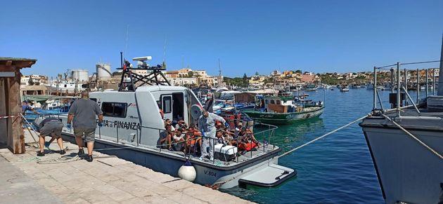 I 19 migranti intercettati nei pressi di lampione e portati a Lampedusa (foto Concetta