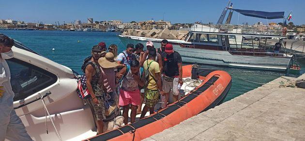 La tunisina col barboncino sbarcata a Lampedusa: