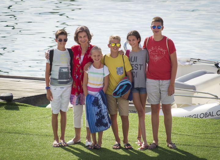 En el verano de 2016, Sofía posaba así de feliz con sus nietos en el puerto deportivo de Palma de Mallorca.