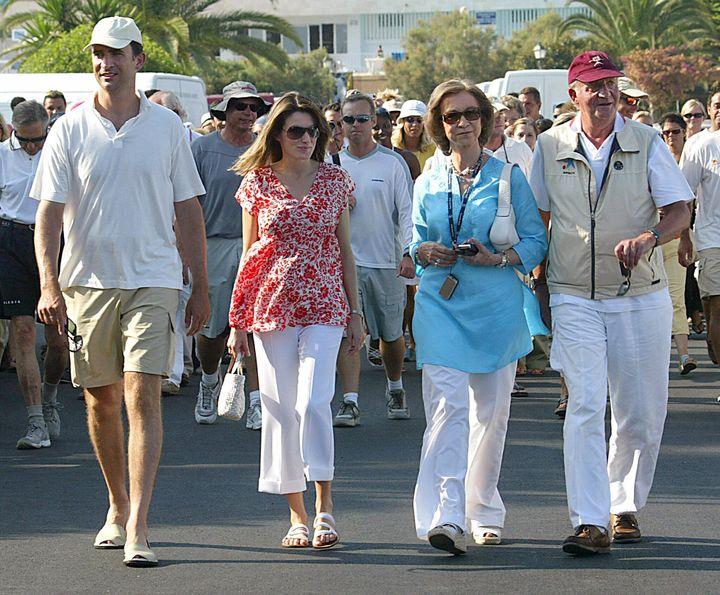En 2005, Juan Carlos, Sofía, Felipe VI y Letizia proyectaban esta imagen de cordialidad en sus vacaciones en Mallorca. Las cosas han cambiado para ellos, y mucho.