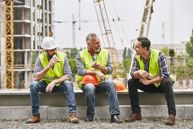 Un grupo de obreros se come el bocadillo durante una
