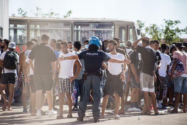 27/07/2020 Porto Empedocle, i migranti trasferiti da Lampedusa con le motovedette vengono spostati nella...