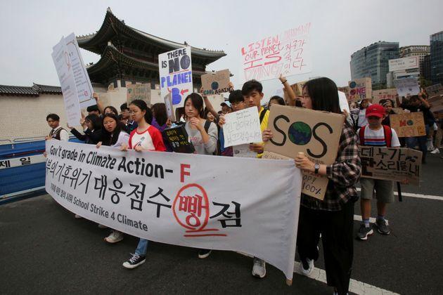 (자료사진) 전 세계에서 일제히 '기후변화 결석시위'가 열린 가운데 서울 광화문 앞에서 청소년들이 기후변화에 대한 정부의 적극적인 대응을 촉구하는 시위에 동참하고 있다. 2019년