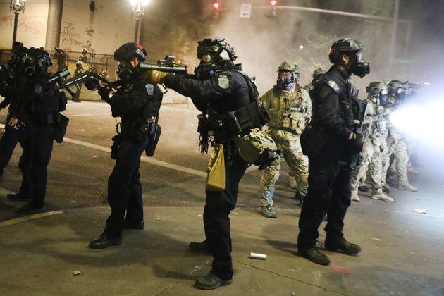 デモ参加者と対峙する連邦警察(オレゴン州ポートランド