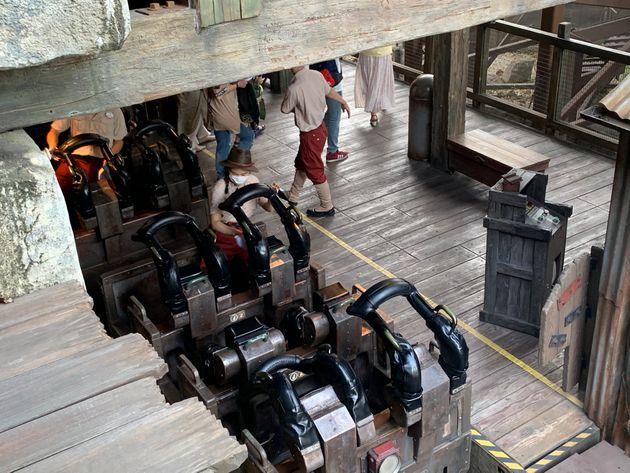 一部のアトラクションでは、毎回来園者が乗るごとに従業員(キャスト)が清掃や消毒作業をしているところもある。写真は東京ディズニーシーのアトラクション、レイジング・スピリッツ。