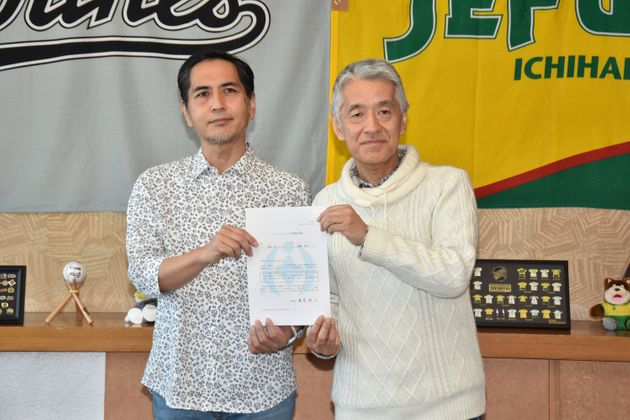 パートナーシップ宣誓証明書交付式にて=2019年1月29日、千葉市