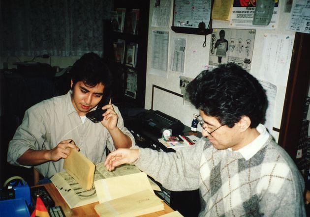 「すこたん企画」時代、事務所で作業をする伊藤悟さん(右)と簗瀬竜太さん。1990年代後半の撮影。