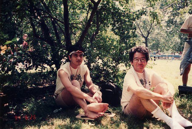 ニューヨークでのパレードに参加した後、セントラルパークで休憩をとる伊藤悟さん(右)と簗瀬竜太さん=1994年6月