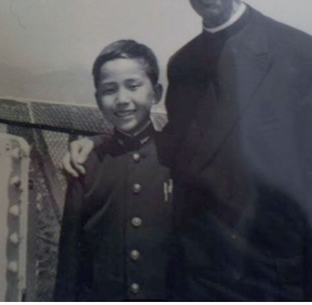 加害者の神父と写真に収まる中学時代の竹中勝美さん