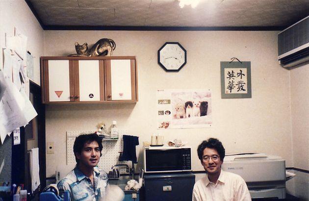 「すこたん企画」事務所での伊藤悟さん(右)と簗瀬竜太さん。1990年代後半の撮影。