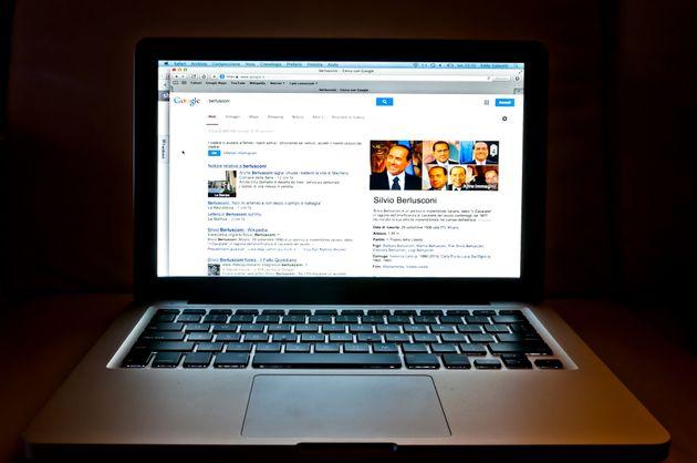 Un usuario busca en Google información sobre Silvio