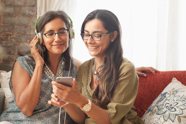 Una madre y una hija escuchan música en un