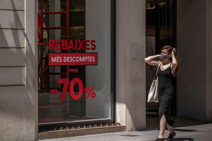 Una mujer en una zona comercial de Barcelona.