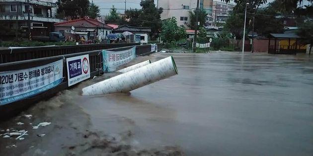 대전지역에 호우경보가 발효된 30일 오전 대전 대동천이 폭우로
