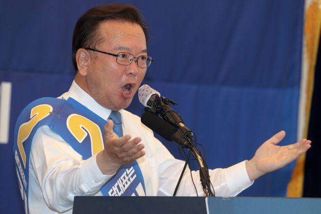 더불어민주당 당대표 선거에 출마한 김부겸 후보가 26일 오후 강원도 춘천시 세종호텔에서 열린 합동연설회에서 정견발표를 하고 있다.