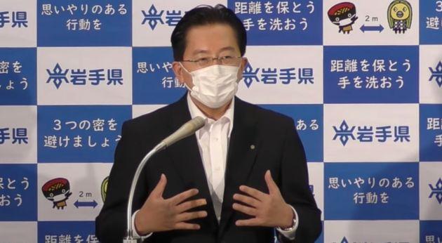 県内で初めて感染者が確認され、記者会見する岩手県の達増拓也知事