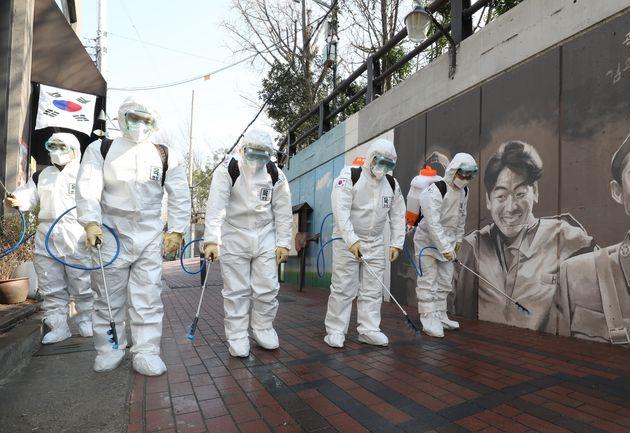 '코로나19' 확산으로 발길 끊어진 김광석 거리를 방역중인