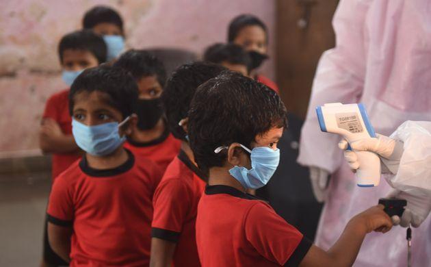 28일 뭄바이의 한 어린이집에서 의료진이 아이들의 체온을 재고