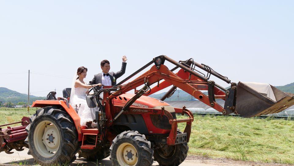 두 사람은 트랙터를 몰고 결혼식장으로 입장했다. 운전대는 신부 푸른이 잡았다.