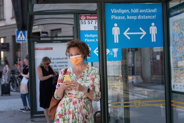 7월26일 스웨덴 스톡홀름의 버스 정류장에 '사회적 거리두기'를 권하는 안내 포스터가