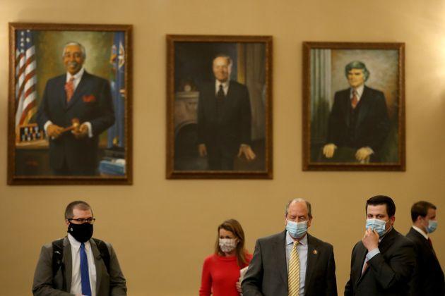 ΗΠΑ: Τουλάχιστον 13 βουλευτές και γερουσιαστές φέρονται να έχουν βρεθεί θετικοί στον