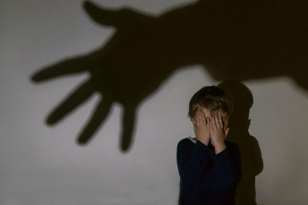 Bimbo di 11 anni segregato e torturato dai genitori, la