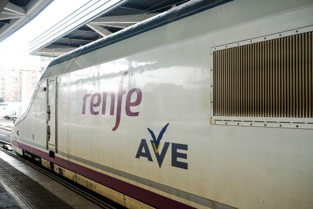 Un tren AVE en la estación de Madrid Puerta de