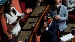 Salvini mette il cappello della Guardia Costiera dopo il suo intervento in Senato