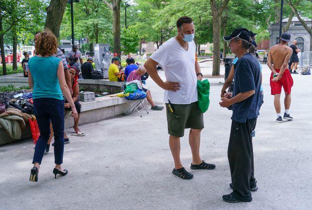 David Chapman (centre) a expliqué que les travailleurs distribuent des masques aux