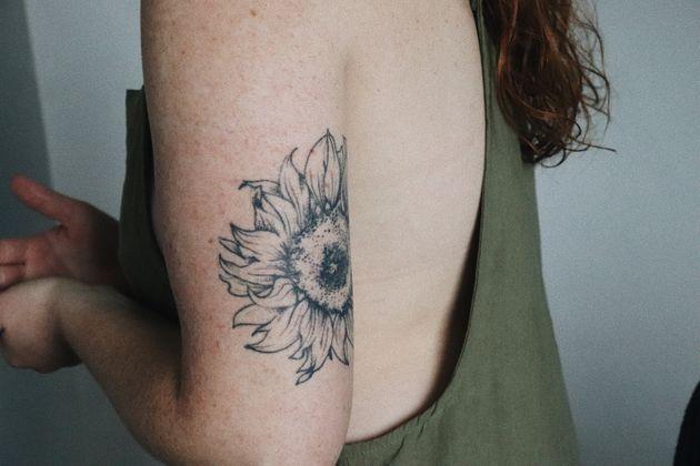 Φωτογραφία αρχείου, που απεικονίζει μια ανήλικη να έχει «χτυπήσει» τατουάζ στο χέρι της.
