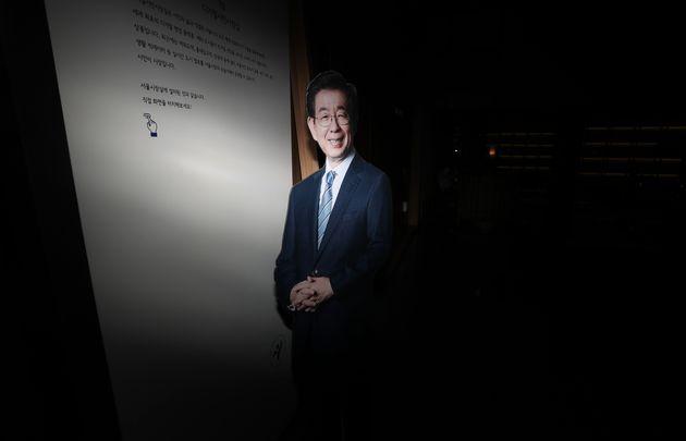서울시청 시장실 앞에 설치된 고 박원순 전 시장의 사진.