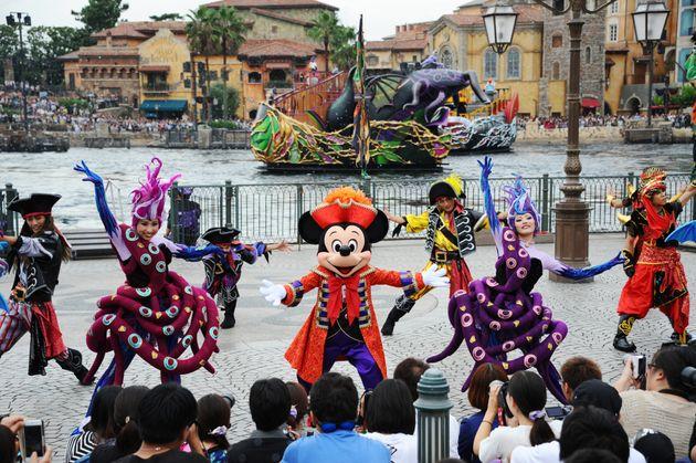 東京ディズニーシーのショー「ザ・ヴィランズ・ワールド」。ディズニーキャラクターの悪役「ヴィランズ」が主役となり、妖しくも美しいダンスなどを披露=2015年09月、千葉県浦安市