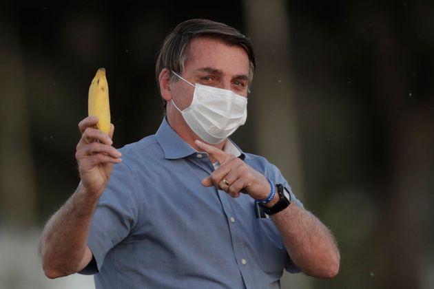 El presidente de Brasil, Jair Bolsonaro, con mascarilla y un plátano el 24 de julio de 2020 (AP...
