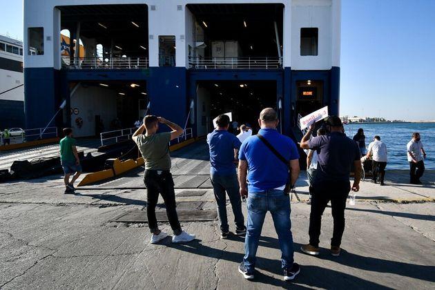 Μάσκα και όπου φύγει φύγει: Αυξημένη η κίνηση στο λιμάνι του