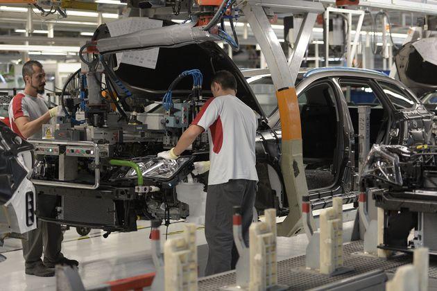 Unos trabajadores de Seat en la fábrica de Martorell