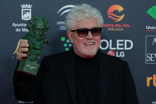 Pedro Almodóvar posa con el Goya a Mejor película por 'Dolor y Gloria' en la edición...