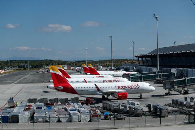Un grupo de aviones de Iberia parados en la terminal 4 del aeropuerto de Barajas durante el