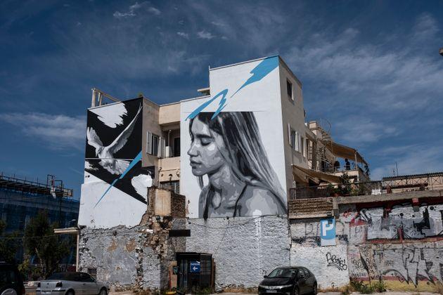 Αθήνα - Καλοκαίρι 2020 - Φέτος ο Ιούλιος δεν γοητεύεται από τη μεσημεριάτικη εύθυμη συγχορδία των ακούραστων τζιτζικιών, ούτε από τη θαλασσινή αύρα που απλώνεται λυτρωτική, στα πυρωμένα αρμυρίκια και στα λιόδεντρα. Θέλει κι αυτός μερίδιο από τη θλίψη, τη μιζέρια και την κατήφεια των προηγούμενων μηνών, λες και προορίζεται να μείνει πιστός σ' αυτό το έτος των δεινών.(AP Photo/Yorgos Karahalis)