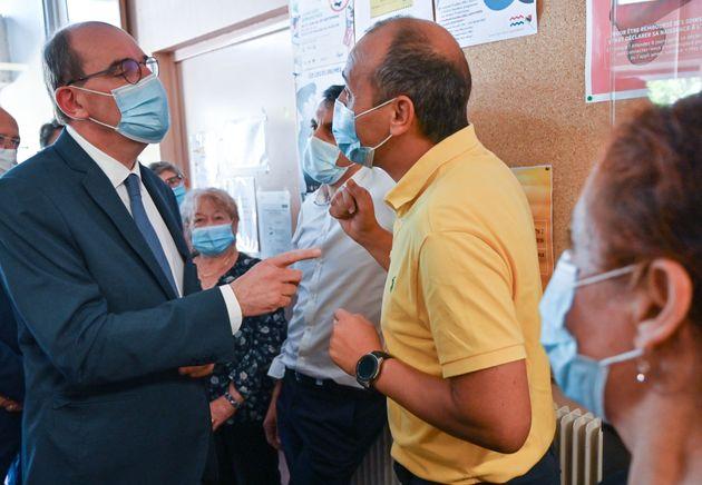 Le Premier ministre Jean Castex rencontre des habitants à l'hôtel de ville situé...