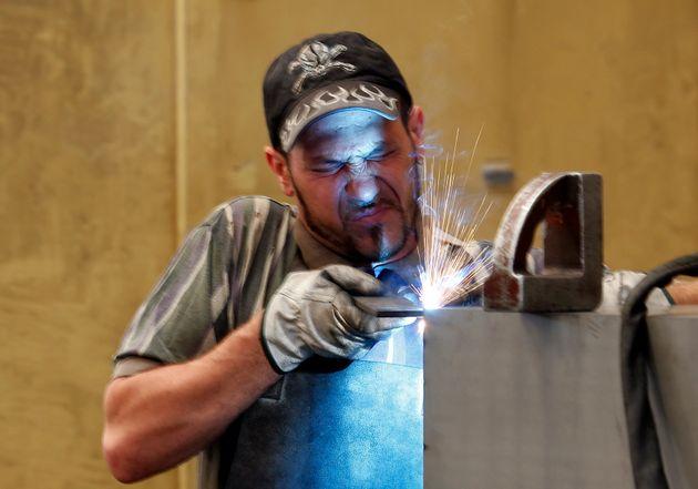 Un lavoratore in una fabbrica di Gravellona