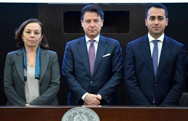Il ministro dell'Interno, Luciana Lamorgese (S), il presidente del Consiglio, Giuseppe Conte (C), e il...