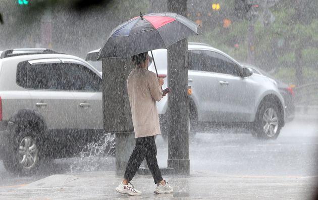 29일 오전 서울 종각역 인근에서 우산 쓴 시민이 발걸음을 재촉하고