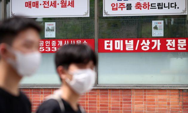 임대차 3법 중 계약갱신청구권제와 전월세상한제의 시행 첫 날인 7월 31일 오후 서울 서초구 신반포에 위치한 한 부동산중개업소의 매물정보란이 텅 비어